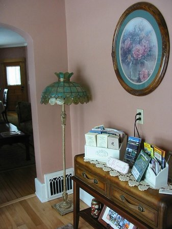 MacDougall House Bed and Breakfast: Welcoming foyer
