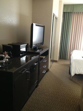 Hilton Garden Inn San Bernardino: TV Fridge Microwave