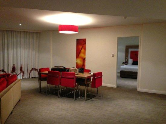 Novotel Sydney Rooty Hill: dining room