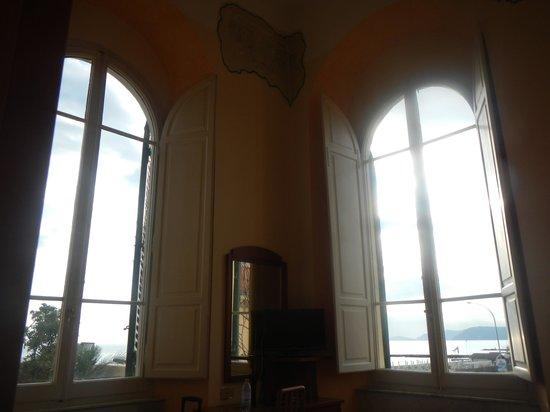Hotel Italia: Grandes fenêtres