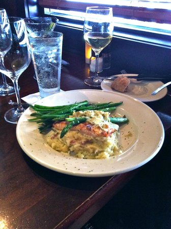 Stonewood Grill & Tavern: Betty had Atlantic Salmon Oscar with Special Blue Crab & Hollandaise.