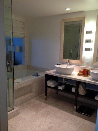 Kimpton EPIC Hotel: bath