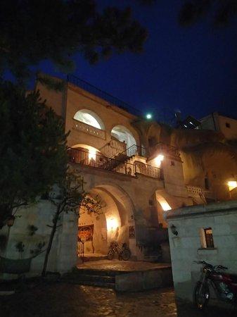Elif Star Caves: Hotel at night