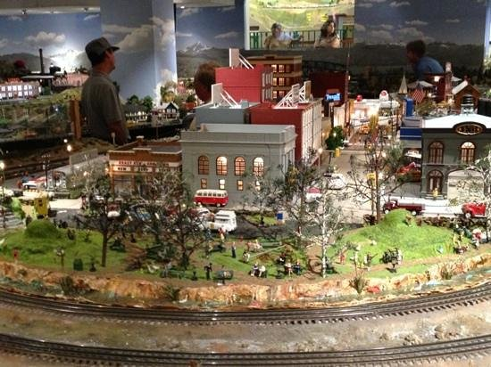 San Diego Model Railroad Museum : awesome O gauge layout