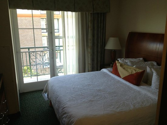 Hilton Garden Inn Savannah Historic District: Compact room with a view