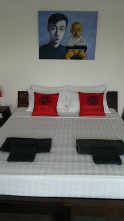 Rambutan Resort - Phnom Penh: Room decor and bed