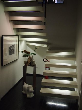 Floroom 1 : Staircase leading to breakfast area/sitting room