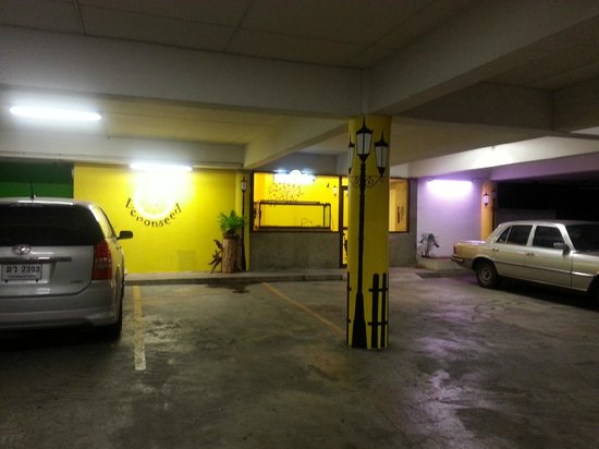 LemonSeed Rooms: Carpark & entrance to hotel rooms