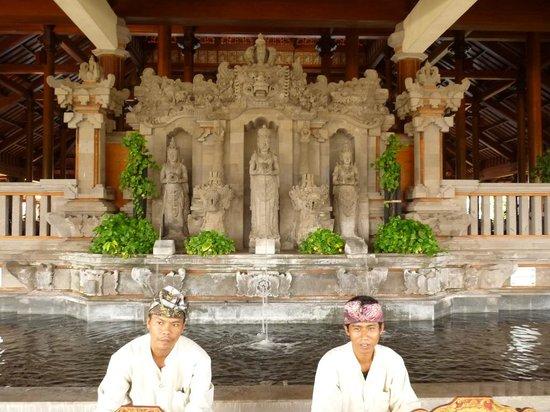 Ayodya Resort Bali: Entrada al hotel