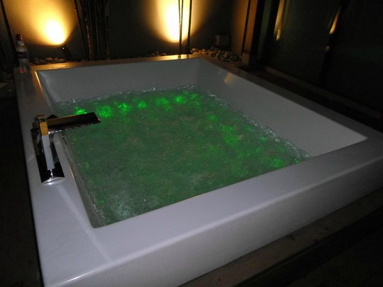 Klapstar Boutique Hotel: Jacuzzi on at night.