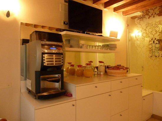 Hotel Adriatico: ホットチョコ・カプチーノ・熱湯と色々あります。