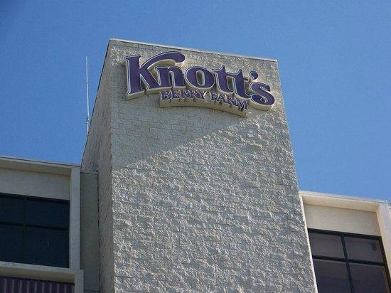 Knott's Berry Farm Hotel: Outside Hotel