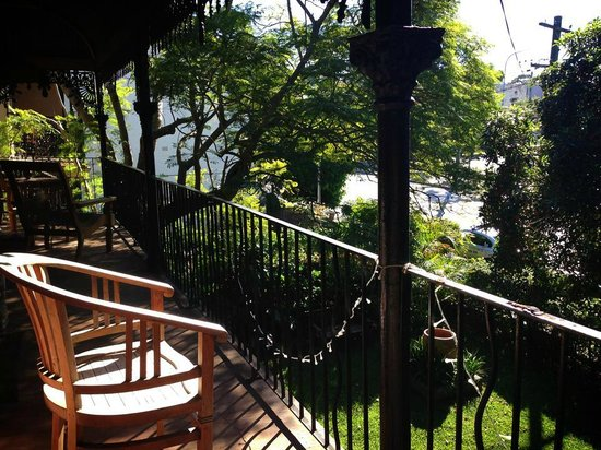 TARA Guest House : The balcony outside the room. Sitting there soaking up the sunshine in the morning is perfect