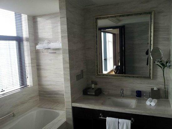 Howard Johnson Shipu Plaza Ningbo : room 2412 toilet table