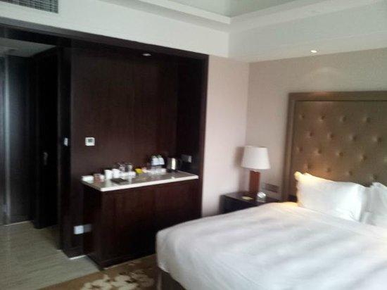 Howard Johnson Shipu Plaza Ningbo : room 2412 entrance with separate clothes closet