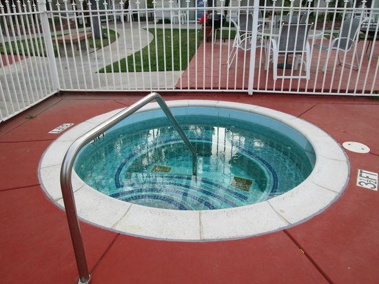 Fallbrook Country Inn: Spa at pool area
