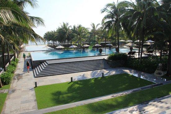 Four Seasons Resort The Nam Hai, Hoi An: Vue sur les piscines face à la mer