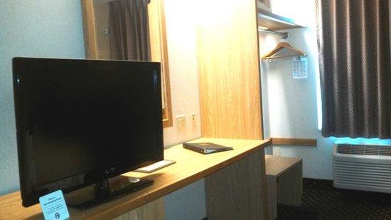Sleep Inn Phoenix North I-17: TV and Desk