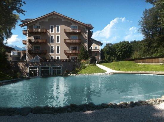 Q! Resort Health & Spa Kitzbühel: Q! Resort Health & Spa mit Naturbadeteich im Sommer