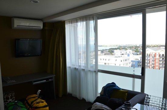 The Quadrant Hotel and Suites Auckland: Wohnbereich und Balkon