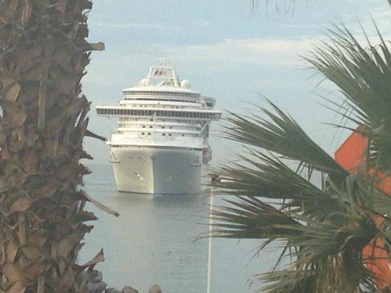 Porto Santa Maria Hotel: Watching a cruise ship dock (see the orange digger in the corner)