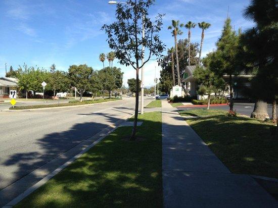 Holiday Inn Hotel & Suites Anaheim (1 BLK/Disneyland): Walking to Disneyland