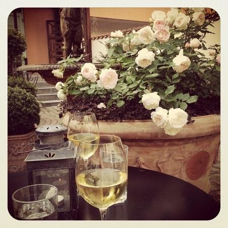 Villa Provence : hvidvin i gårdhaven