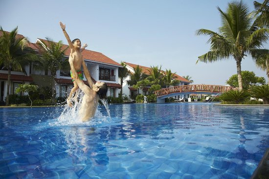 Mamallapuram resort radisson blu reviews for Beach resort in chennai with swimming pool