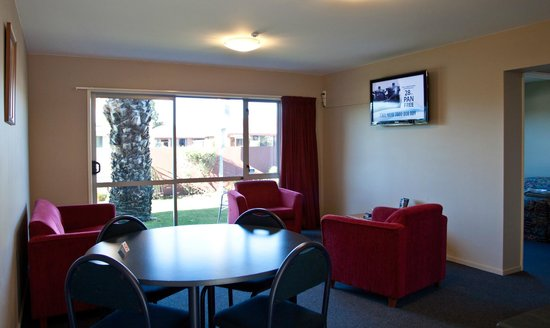 Phoenix Motel: Unit 5 dining/lounge- all units have 40' LED TV's