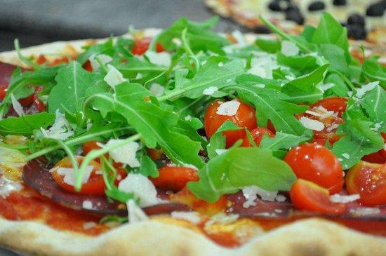 Pizzeria La Tana: pizza roquette, speck, tomate