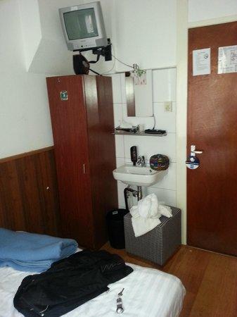 Hotel Flipper : mobilier Emmaüs -bonde lavabo réparée au scotch