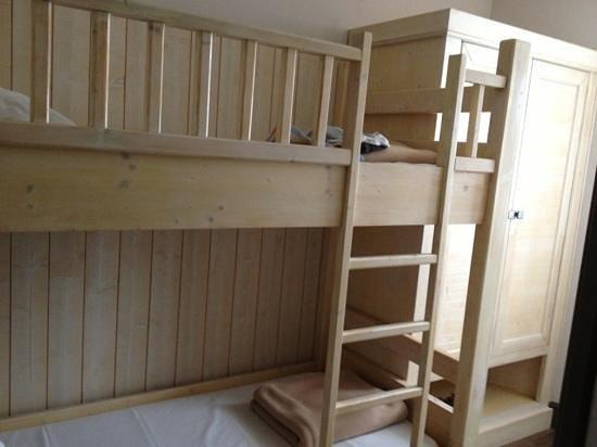 Hôtel La Marée : lits suppersosés de la chambre familial