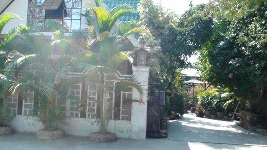 Aquarius Inn: entrance to paradise