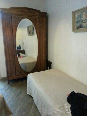 Le Mistral: armoire ancienne et lit 1 pers