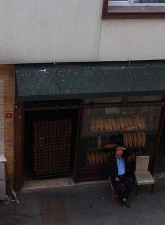 Sultan Hostel: Färskt bröd  utanför sovrumsfönstret