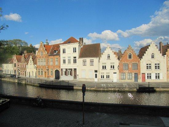Hotel Ter Duinen: vue sur le canal en fin de journée de la chambre 34