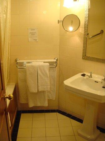 O'Callaghan Davenport Hotel: Ванная комната в номере