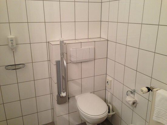 Victor's Residenz-Hotel Saarlouis: no curtains, nothing...