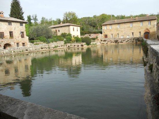 La piazza di Bagno Vignoni - Foto di Piscina Val di Sole, Bagno ...
