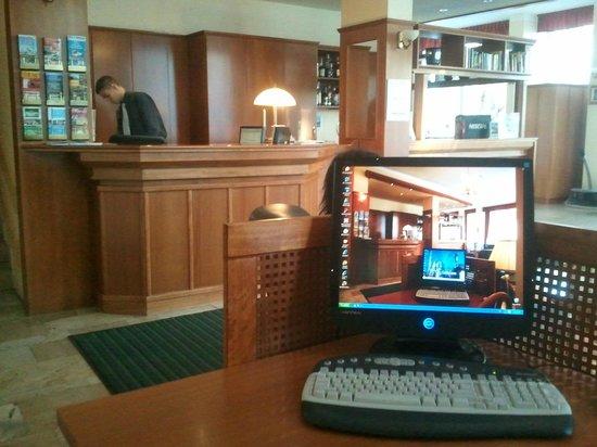 برج هوتل: Die Rezeption mit Internetecke