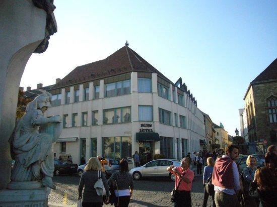 Burg Hotel: Der Eingang vom Szentháromság tér aus