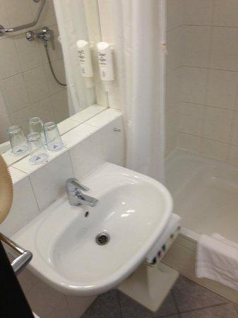 Orea Hotel Pyramida: Bathroom with little storage area and shabby walls