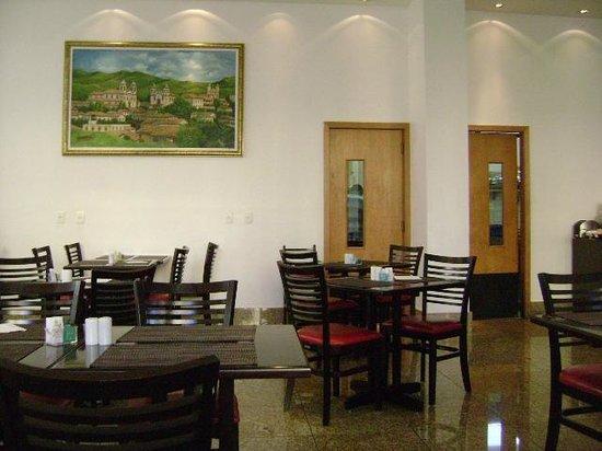 Nobile Suite Monumental: Vista do restaurante com a cozinha ao fundo