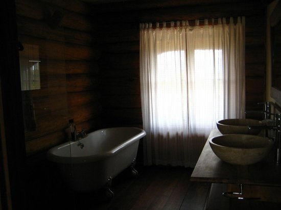 Kyaninga Lodge: cozy, clean bathroom facilities