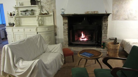 Villa Pianciani: cosy fireplace