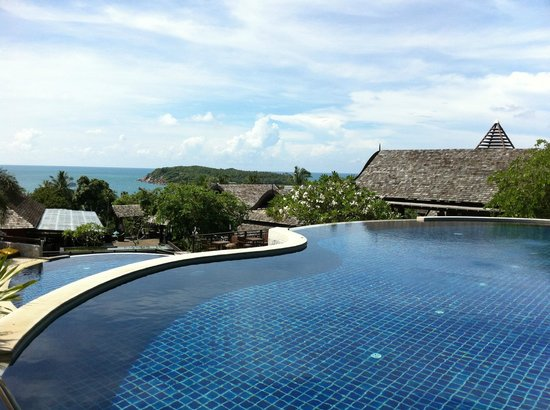 Bhundhari Spa Resort & Villas Samui: Cascading pool in main area.