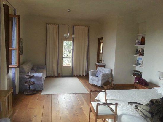 Villa Di Campolungo Agriturismo: wide and bright room