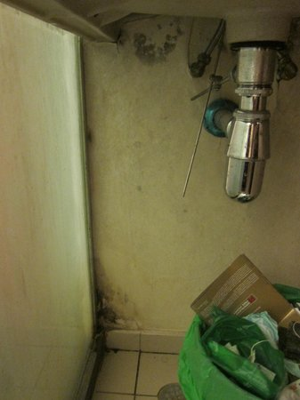 Econ Inn @ Beach Road: mould under sink and walls