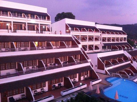 เบสท์เวสท์เทิร์น ภูเก็ต โอเชียน รีสอร์ท: Hotel at sunset