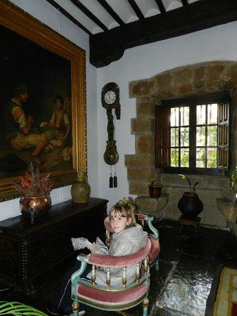 Hotel Museo Los Infantes: reception area/ lobby decoration